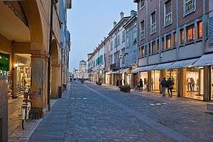 Coronavirus, nuova ordinanza: nei festivi e prefestivi restano chiusi centri commerciali e grandi strutture di vendita, aperte quelle medie